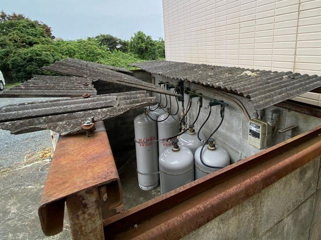 屋根工事を行う前の水戸市内の破損した波板スレート屋根