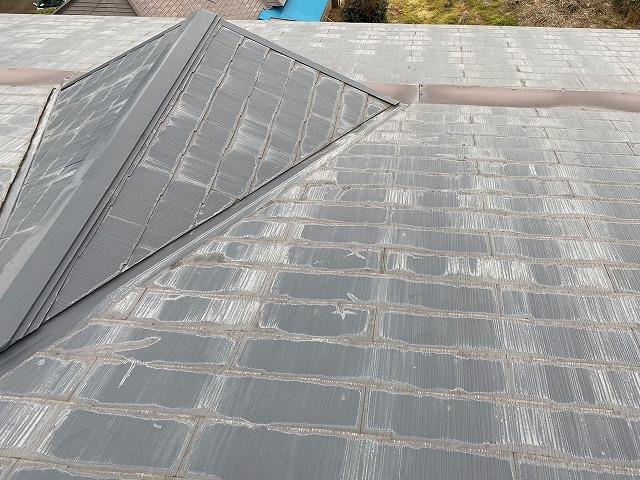 マンションのスレート屋根に設置されたドーマー