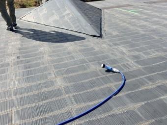 雨漏りの対象となる屋根に散水ホースを配置