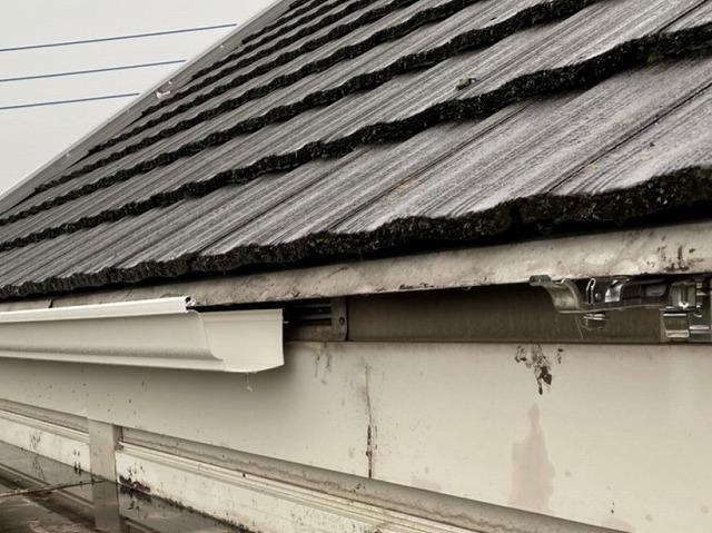石岡市のアパートで大型雨樋を施工中