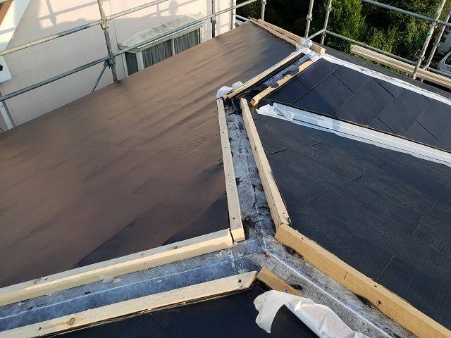 平部のガルバリウムカバーが完了し役物施工を待つ結城市の屋根