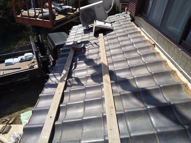 ユニックで屋根工事資材の揚げ降ろしを行う