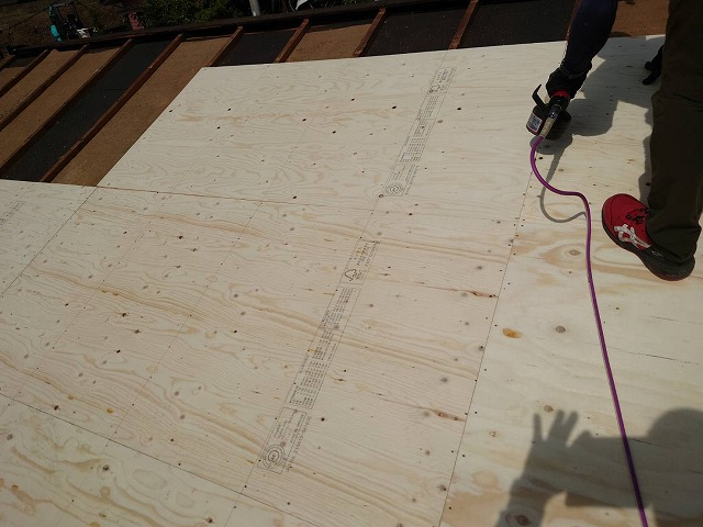 野地板を施工していく職人
