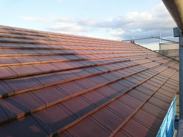 平板瓦で葺かれた切り妻屋根