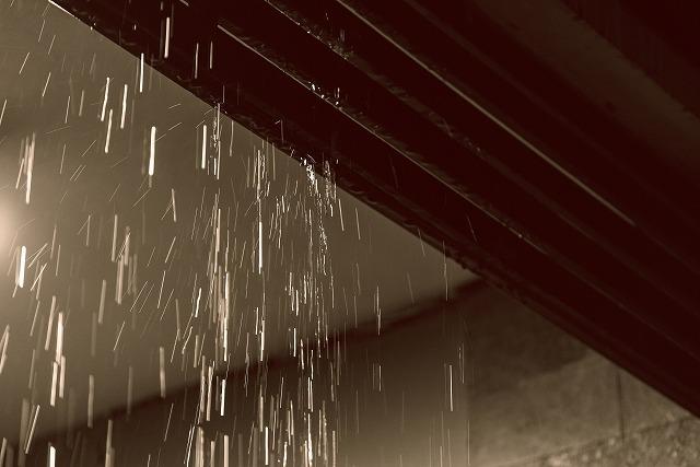 軒下から見た、雨が降っている様子