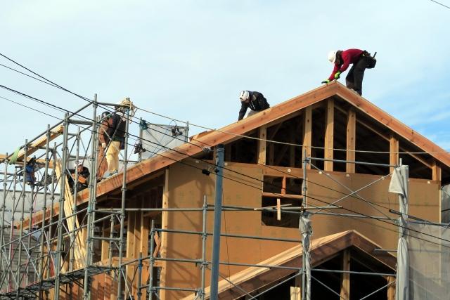 新築屋根をガイドライン工法で工事する瓦職人