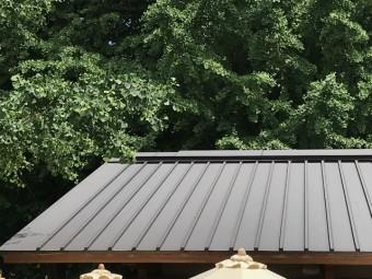 金属縦ぶき屋根が施工された入母屋屋根