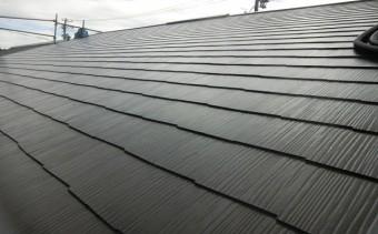 スレート屋根が施工された切り妻屋根