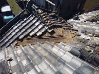 屋根修理範囲の入母屋屋根瓦を解体した様子