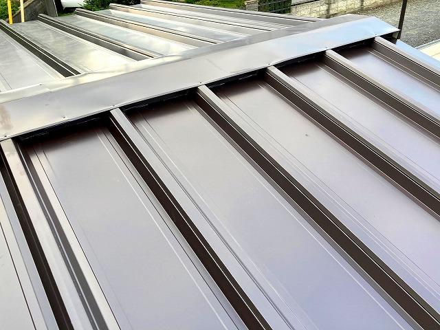 屋根リフォーム後の篏合式縦葺き金属屋根