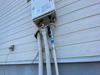 新しく新設した単機能給湯器の配管部分を撮影