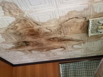 屋根の不具合によって室内に雨漏りした天井の様子