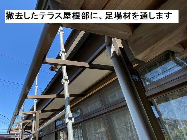 屋根材を撤去したテラス枠に、足場材を通す
