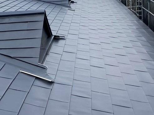 高さを合わせてどぶ溝を無くし、ガルバリウムでカバーした屋根