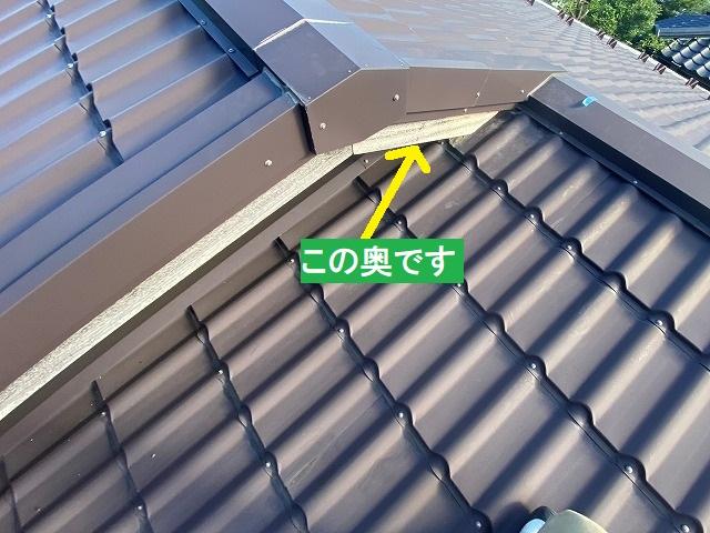 棟違い屋根のこの奥が雨漏り原因箇所です