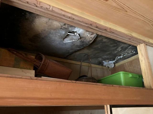 押入れの天袋天板に発生していた雨漏り
