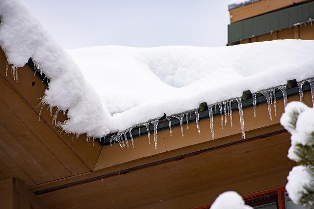 屋根に積もる雪のイメージ画像