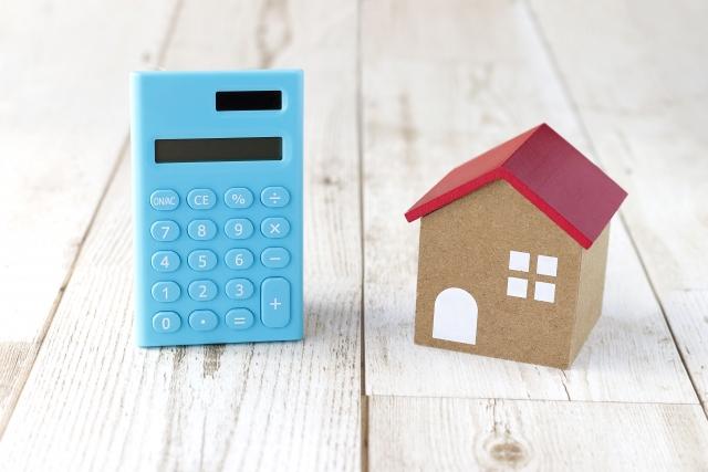 電卓と電卓と同サイズの家の模型