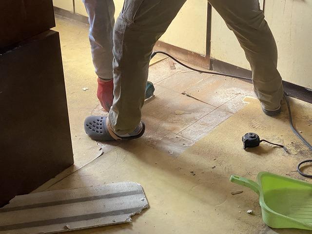 弱った床材を電動ノコギリで切断