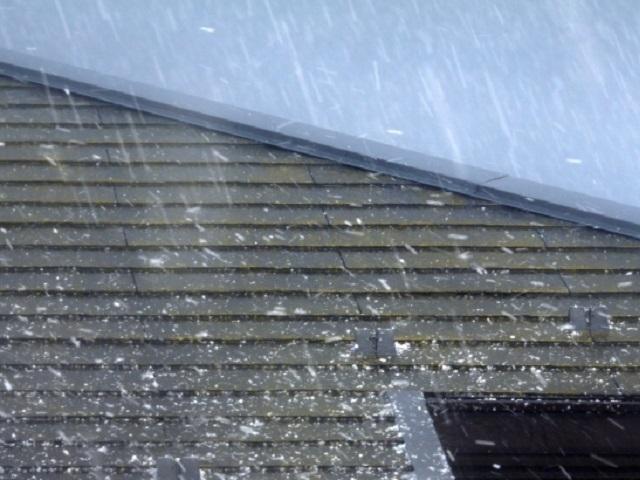 屋根にうちつける雹