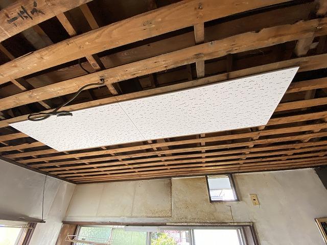 新しい天井材を中央部から貼り始める