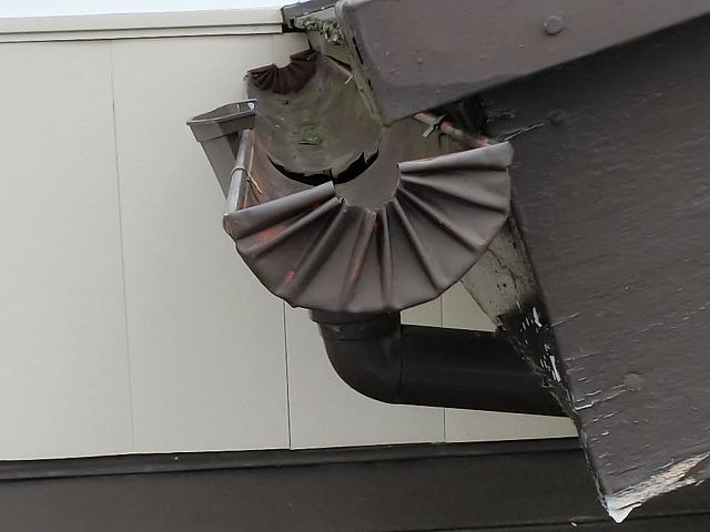 施工前のブリキ製雨樋と木製破風板
