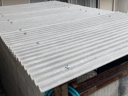 ノンアスベスト波板スレートに交換が完了した水戸市のボンベ庫屋根