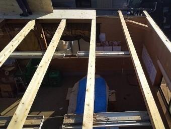 野地板の解体が完了すると作業小屋の室内が見える