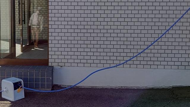 四階から地上まで、散水ホースを連結させる