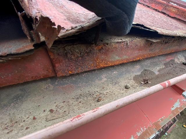 錆割れを起こし、手で持ち上がってしまうほど劣化している瓦棒屋根