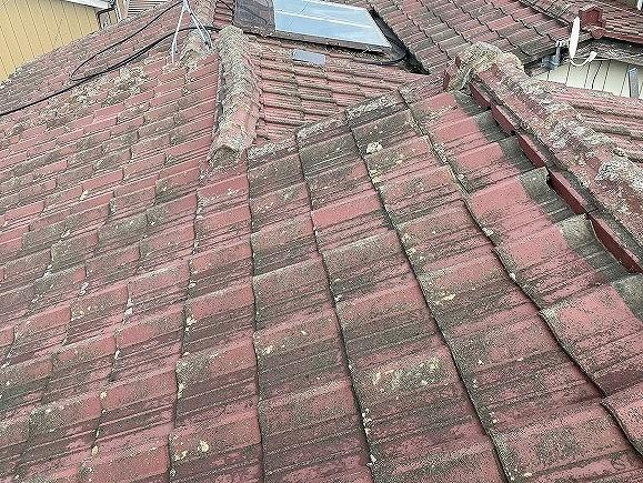 セメント瓦の棟違い屋根