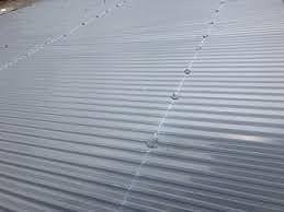 新しい波トタンに一直線に留め具が並ぶイメージ