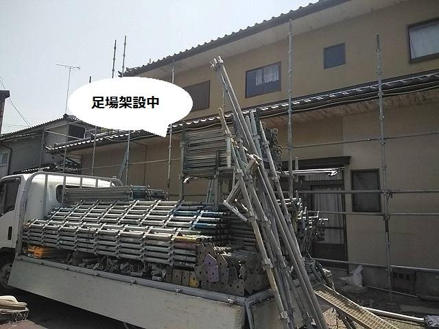 水戸市で軒天修繕の為の足場を架設中