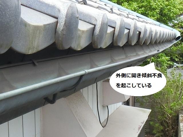 外開きし機能不良を起こしている銅軒樋