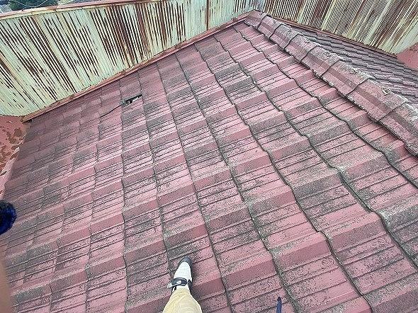パラペット内に葺かれたセメント瓦屋根