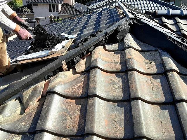 黒の防水なんばん漆喰を鏝で捌きながら棟に詰め込む