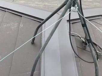 屋根の三又板金付近に立つテレビアンテナ