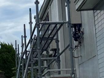 石岡市での雨樋交換用の足場を架設中