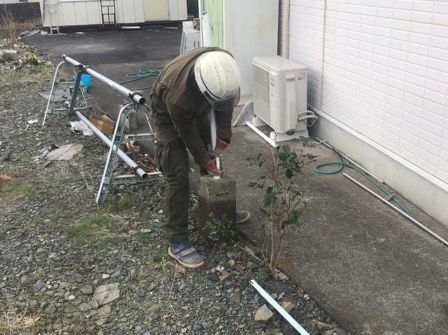 フェンス台のブロックを引き抜く職人