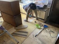 床材を補強する為床材をカットする職人