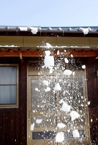 玄関先に屋根から雪が落ちるイメージ画像
