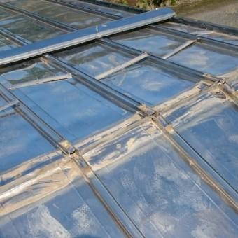 貫板を外した屋根頭頂部のつなぎ目