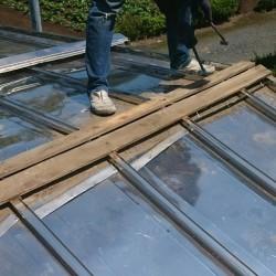 貫板のビフォー用画像を職人の足元を入れて撮影