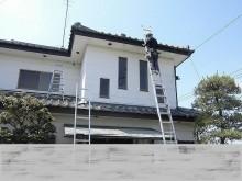 梯子で銅製雨樋交換