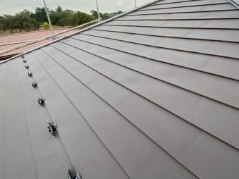 ガルバリウム鋼板屋根に直線的に取り付けられた羽根付き雪止め