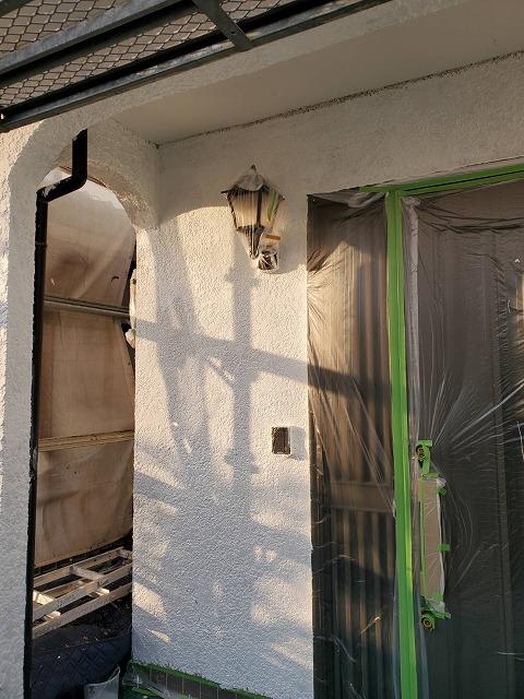 養生を施し下塗りが完了した玄関部