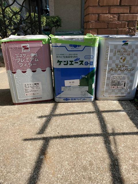 小美玉市の外壁塗装現場で使用する3種類の塗料缶