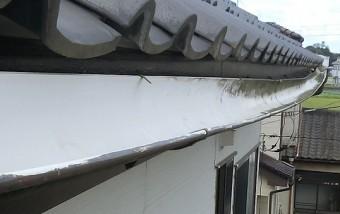 落雪により金具から変形した軒樋