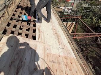 バラ板の上に構造用合板を増張りしていくスタッフ