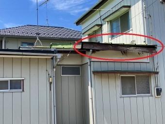 台風被害を受けた金属屋根の軒先部